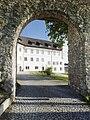 Schlosshofen Außenansicht 2017 Durchsicht oberer Torbogen fern.jpg