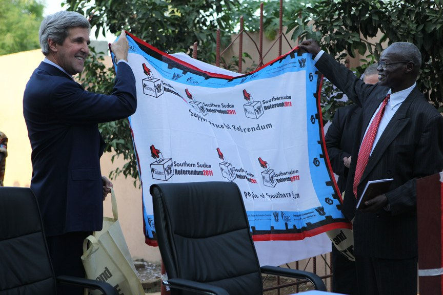 Senator John Kerry receives SSRC banner at southern Sudan referendum event.jpg