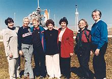 7 medlemmer av Mercury 13 foran romfergen på skyteplassen i 1995
