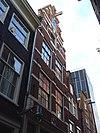 foto van Pand met trapgevel met blokken in de strekken en gevelsteen