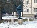 Socha Skotského lovce u budovy Lesní správy v Lánech (Q106846120) 01.jpg