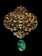 Esamir National News Network  180px-Spanish_jewellery-Gold_and_emerald_pendant_at_VAM-01