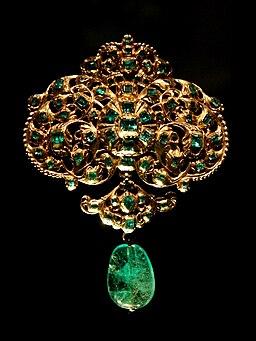 Złoty wisior zdobiony szmaragdami kolumbijskimi. Dzieło hiszpańskich złotników z przełomu XVII i XVIII wieku. Muzeum Wiktorii i Alberta