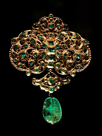 Green - Image: Spanish jewellery Gold and emerald pendant at VAM 01