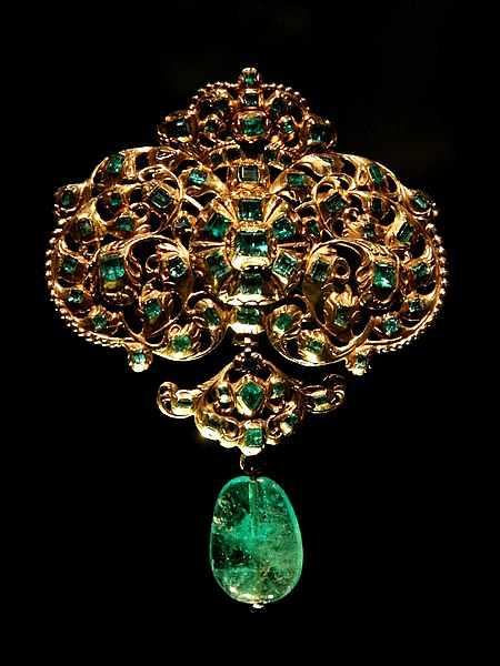 http://upload.wikimedia.org/wikipedia/commons/thumb/7/74/Spanish_jewellery-Gold_and_emerald_pendant_at_VAM-01.jpg/450px-Spanish_jewellery-Gold_and_emerald_pendant_at_VAM-01.jpg