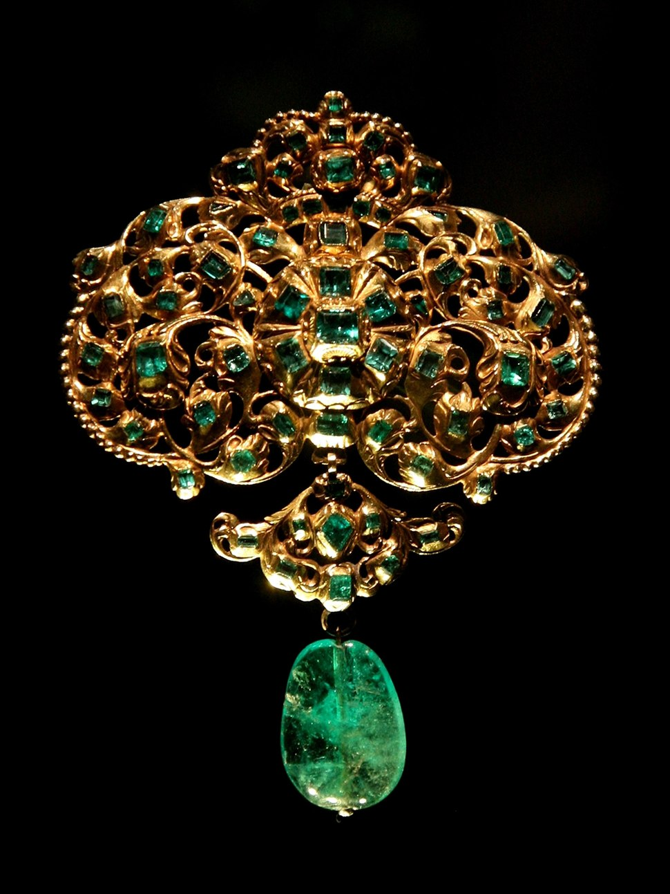 Spanish jewellery-Gold and emerald pendant at VAM-01
