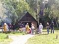 Spredt gruppe foran tinstøberens hus (1397208037).jpg