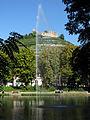 Stadtsee in Staufen mit Fontäne und Burg.jpg