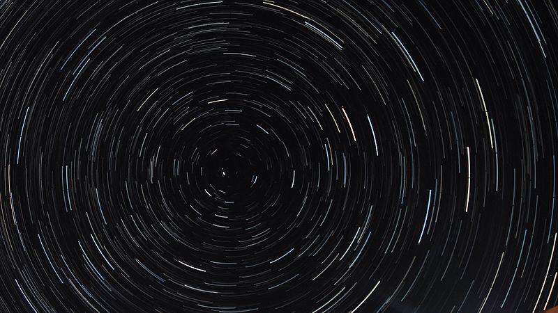 Обертання зоряного неба. Автор фото — Myts Denis, вільна ліцензія CC BY-SA 4.0
