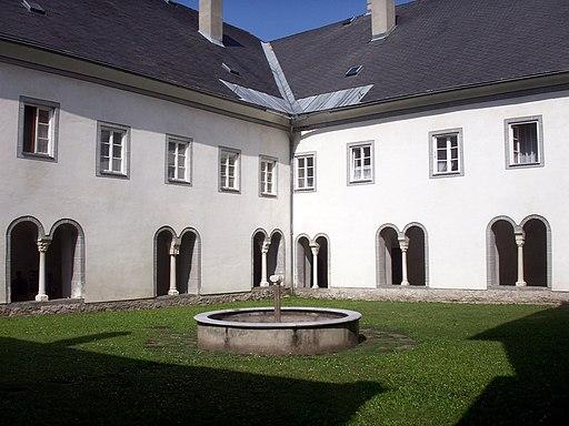 Stift Millstatt Kreuzgang Hof 01