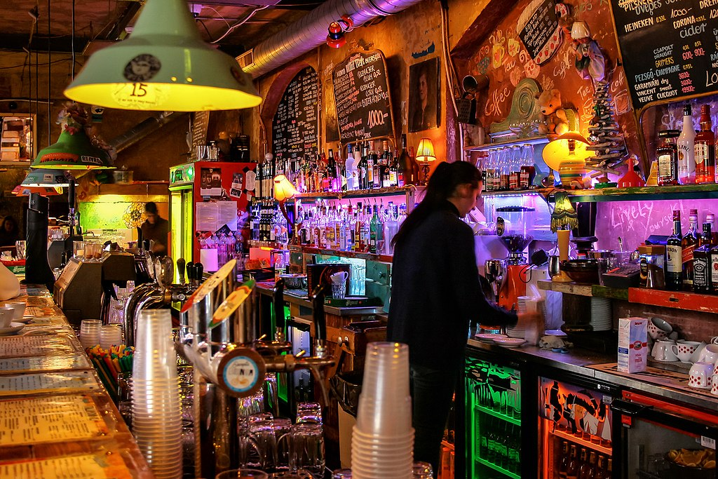 Un des bars du Bar de ruine Szimpla Kert à Budapest - Photo de Jorge Franganillo