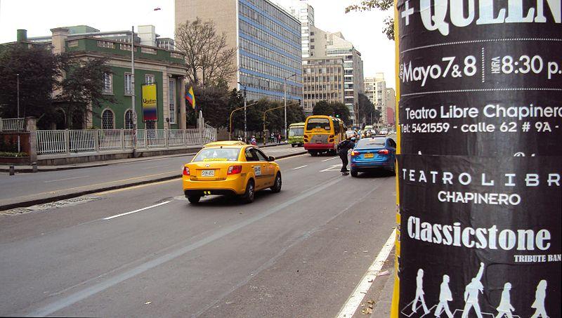 File:Taxi, Skitching, y Universitaria de Colombia el la Carrera Séptima.JPG
