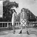 Teenbeat Look 1966, zwart-wit geblokt dessin van couturie Henk Wichers, Bestanddeelnr 918-1852.jpg