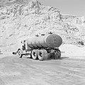 Timna in de Negevwoestijn een sproeiwagen op het terrein rond de kopermijnen, Bestanddeelnr 255-3672.jpg