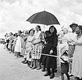 Toeschouwers bij de aankomst van het koninklijk paar op het vliegveld van Bonair, Bestanddeelnr 252-3840.jpg