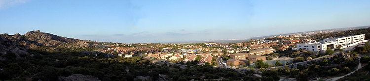 Vista panorámica de Torrelones (Pueblo) desde el polideportivo, al fondo se divisa Madrid.