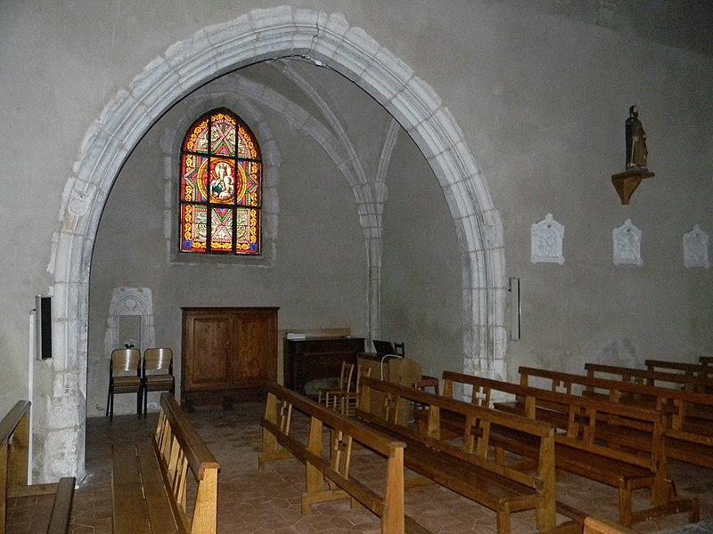 Transept droit de l'église de Balan, dans l'Ain. La statue en haut à droite représente Saint Jacques.