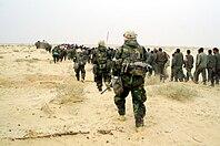 Marines estadounidenses con prisioneros de guerra iraquíes - 21 de marzo de 2003.jpg
