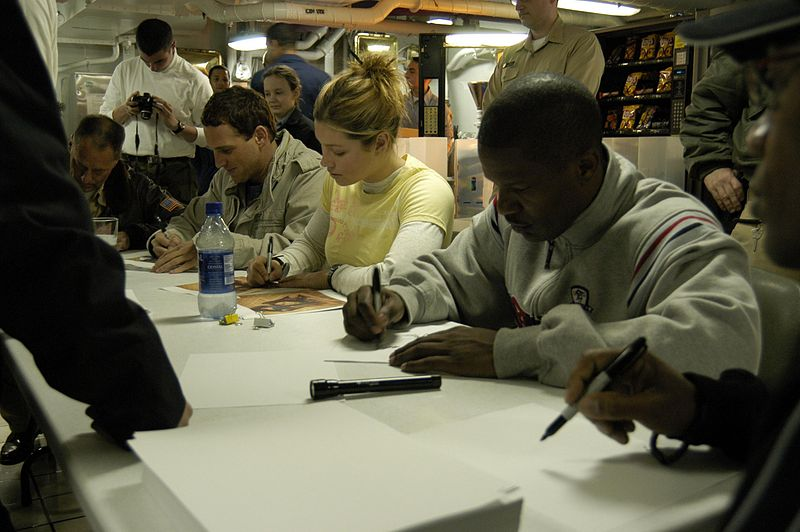 File:US Navy 040616-N-6817C-010 Actors Josh Lucas, Jamie Foxx and actress Jessica Biel sign autographs for USS Abraham Lincoln (CVN 72) crew members.jpg