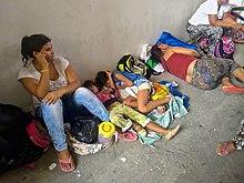 Женщины и дети спят на земле