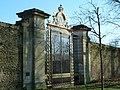 Versailles potager du roi Grille du Roi au soleil couchant.JPG