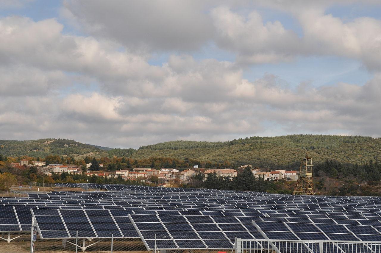 Le village en arrière-plan de la centrale photovoltaïque de Puits Castan