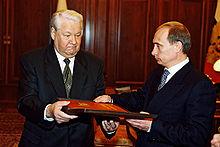 Il presidente Boris Yeltsin consegna la copia presidenziale della Costituzione russa a Vladimir Putin il 31 dicembre 1999