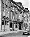 Voorgevel van pand met pilasters, balkon, en fronton zowel bovenaan de gevel als boven de deuren van het balkon. - Maastricht - 20402610 - RCE.jpg
