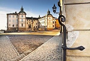 """Wrangelska paladset fra Riddersholmens inderside.   Gadeanlægget tilbagekalder hukommelsen af """"trekanten"""", paladsets lavere annekser og vagtbygninger, som blev nedrevet 1803-1805 for at forlade plads det for nuværende Birger jarls torv.   Februar 2012."""