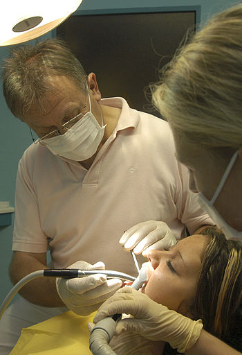 English: Girl have a dental treatment