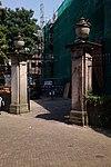 foto van Bentheimerstenen hekpijlers met siervazen