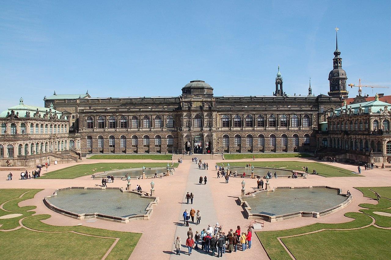 Sempergalerie z Pawilonami: Francuskim (po lewej) i Niemieckim (po prawej)