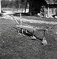 """""""Okopač"""" (domače delo), star cca. 25 let ima """"motike"""", Sajevce 1956.jpg"""