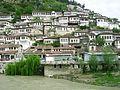 Čtvrt Mangalem naproti pevnosti pres reku Osum.jpg