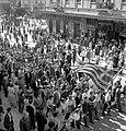 Αθηναίοι γιορτάζουν την απελευθέρωση της πόλης τους, Οκτώβριος 1944.jpg