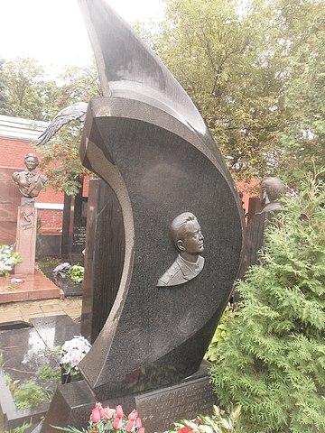 Могила Скоморохова на Новодевичьем кладбище Москвы.