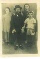הגאון רבי יונה שטנצל עם שלושת מילדיו.pdf
