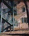 מדרגות בצד האחורי של בית רוטשילד היום בית הכט בחיפה צולם 2002.jpg