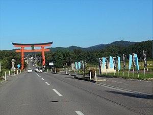出羽三山神社大鳥居と羽黒山.jpg