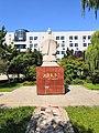山东大学(中心校区)里的一尊孔子像.jpg