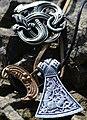 02018 0048 Wikinger Mammen Axt Anhänger, Amulet with Midgard Snake.jpg