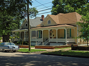 Cottage Hill Historic District - Image: 108 Whitman May 09
