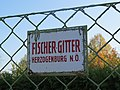 "2017-10-17 (181) Fence with Sign of ""FISCHER-GITTER, HERZOGENBURG, N.Ö"" in St. Pölten.jpg"