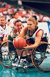 Deux joueuses de basket-ball en fauteuil roulant.