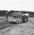 Aanleg en verbeteren van wegen, dijken en spaarbekken, stabiliseren, arbeiders, , Bestanddeelnr 161-1281.jpg