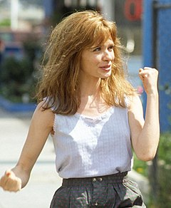 Adrienne Shelly i rollen som Dannie i filmen Hold Me, Thrill Me, Kiss Me (1992).