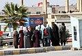 Al-Karak-08-Frauen an Bushaltestelle-2010-gje.jpg