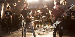 All Time Low spielen ein exklusives Konzert in einem Wal-Mart-Center in New York City im Dezember 2012.