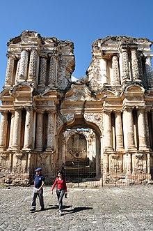 La facciata della Chiesa del Carmine, presso Antigua Guatemala, capitale coloniale dal 1541 al 1773, l'anno del Terremoto di Santa Marta che distrusse la città costringendo gli spagnoli a spostare la capitale nell'odierna Città del Guatemala