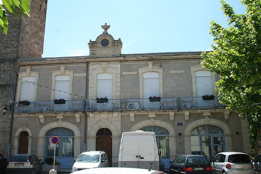 Aspiran (Hérault) - mairie (1908 par Charbonnel, architecte à Lézignan-la-Cèbe) - le rez-de-chaussée est un marché couvert qui ouvre sur la place par des arcs en plein cintre.